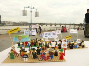 Les manifestants désapprouvent le choix de LEGO.